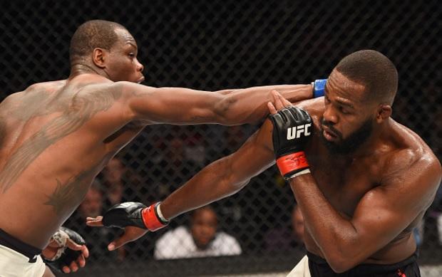 Jones (dir.) venceu OSP (esq.) em decisão unânime. Foto: Josh Hedges/UFC