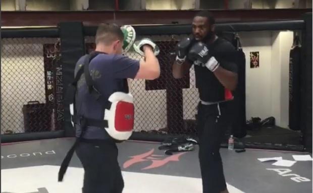 Jones em treino de manoplas na Jackson's MMA. Foto: Reprodução