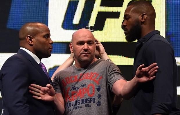 Jones (dir.) e Cormier (esq.) se enfrentariam, mas campeão se contundiu. Foto: Josh Hedges/UFC