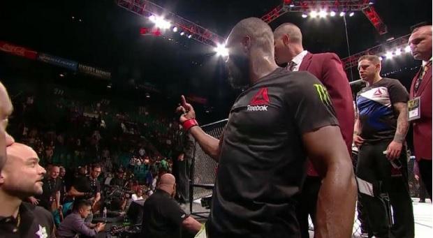 Jones (foto) faz gesto obsceno para Cormier na bancada lateral do octógono. Foto: Reprodução