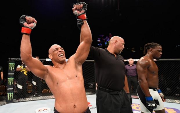 Pezão (esq.) foi o único brasileiro a vencer no card preliminar. Foto: Josh Hedges/UFC