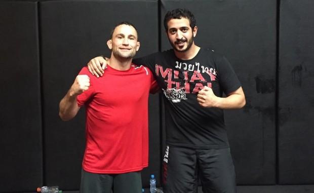 Khalid bin Hamad (dir.) ao lado de Edgar (esq.) na equipe KHK. Foto: Reprodução