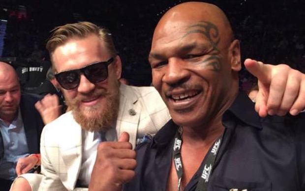 Tyson (dir.) quer ver Conor (esq.) x Floyd no UFC. (Foto: Reprodução)