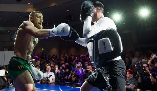Golpe alardeado por McGregor. Foto: Josh Hedges/UFC