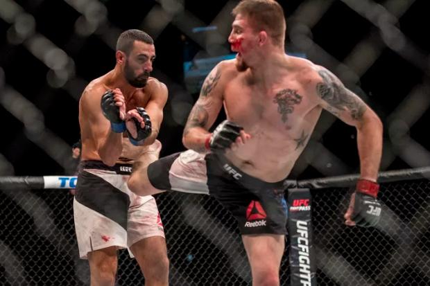 J. Collier (dir.) derrotou o brasileiro A. Uda (esq.) no UFC Fight Night 88
