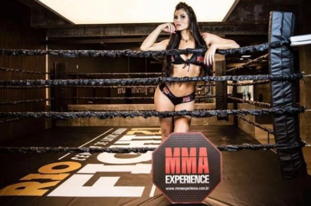 Jamila ocupa a função de ring girl e fez sua estreia nas lutas. Foto: Divulgação
