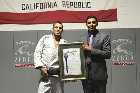 Diaz recebeu homenagem de deputado da California. Foto: Divulgação