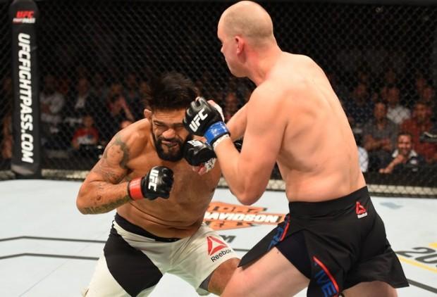 Pezao (esq.) foi nocauteado por S. Struve no UFC Holanda. Foto: Josh Hedges