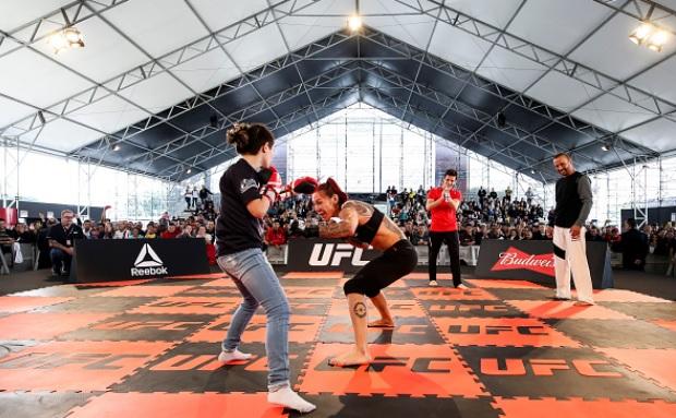 Cyborg treinou com fã-mirim em Curitiba. Foto: Buda Mendes/UFC
