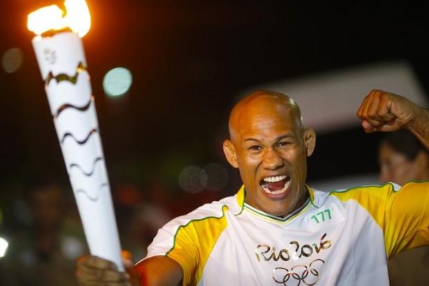 Jacaré ficou empolgado ao conduzir tocha em Manaus. Foto: Divulgação