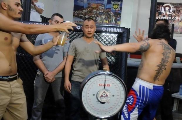 Lutador espirra 'urina' em rival nas Filipinas. Foto: Reprodução