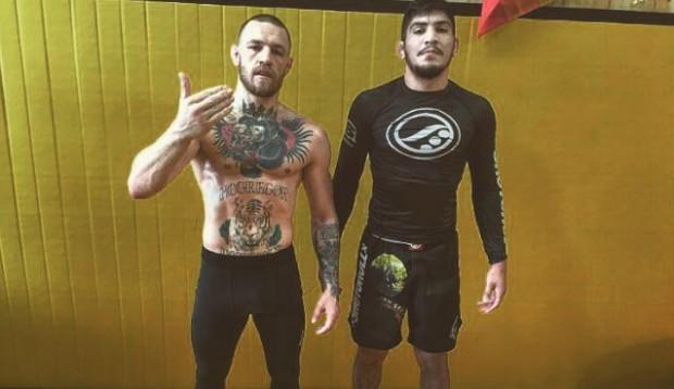 McGregor recebe ajuda de pupilo de Marcelinho Garcia em treinos. Foto: Reprodução