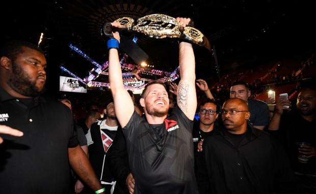 Bisping é o novo campeão dos médios. Foto: Josh Hedges/UFC