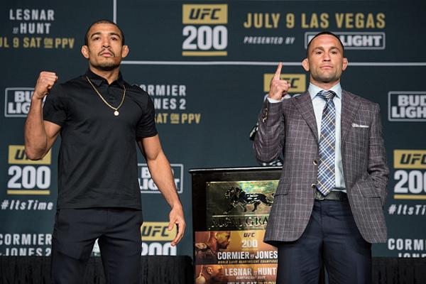 J. Aldo (esq.) e F. Edgar (dir.) se enfrentarão no UFC 200. Foto: Brandon Magnus/UFC