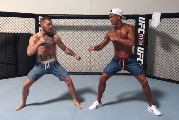 McGregor posou com Cristiano Ronaldo na academia do UFC em Las Vegas. Foto: Reprodução/Instagram