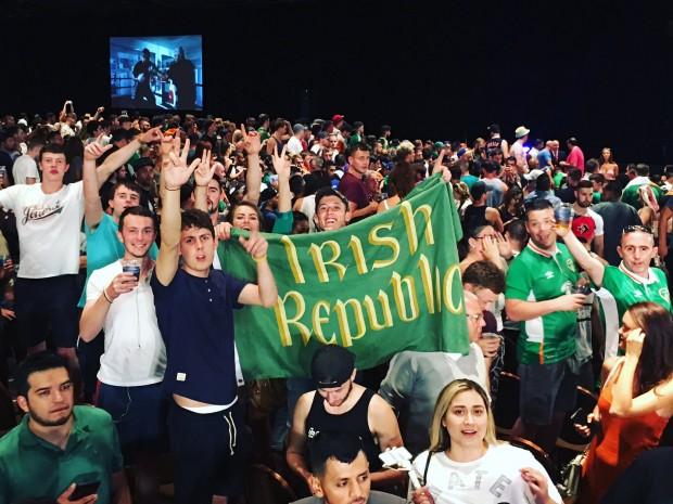 Torcida irlandesa roubou a cena durante coletiva de imprensa do UFC 204 (Foto: Fox Sports / Reprodução)
