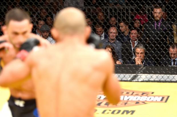 McGregor assistiu de perto ao combate entre Edgar e Aldo. Foto: Divulgação/UFC