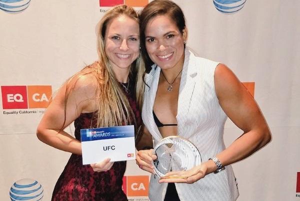 A. Nunes (dir) ao lado da namorada N. Ansaroff (esq), também lutadora do UFC. (Foto: Divulgação)