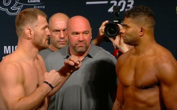 Miocic (esq) e Overeem (dir) fizeram encarada respeitosa. (Foto: Reprodução / UFC)