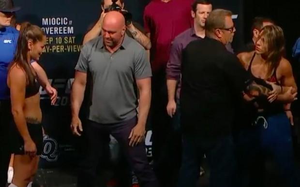 Eye (esq) e B. Correia (dir) precisaram ser contidas durante pesagem do UFC 203. (Foto: Reprodução / UFC)