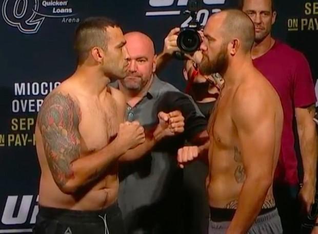 Werdum (esq) e Browne (dir) se encararam fixamente. (Foto: Reprodução / UFC).