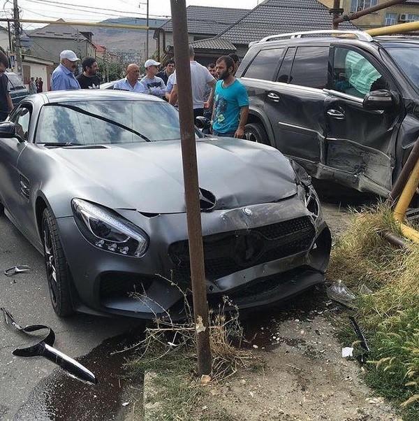 K. Nurmagomedov emprestou sua Mercedes a um amigo, que bateu o veículo neste sexta-feira. (Foto: Divulgação)