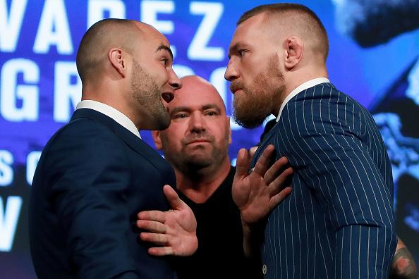 Alvarez (esq) e Conor (dir) se enfrentam na luta principal UFC 205. (Foto: Getty Images)
