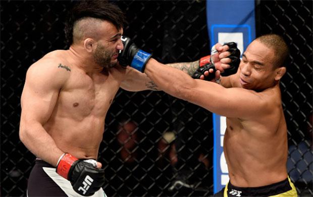 Lineker (esq.) venceu batalha contra Dodson (dir.) no UFC Portland