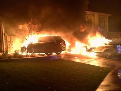 Suspeitos incendiaram três veículos do ex-campeão peso leve do UFC. (Foto: Reprodução)