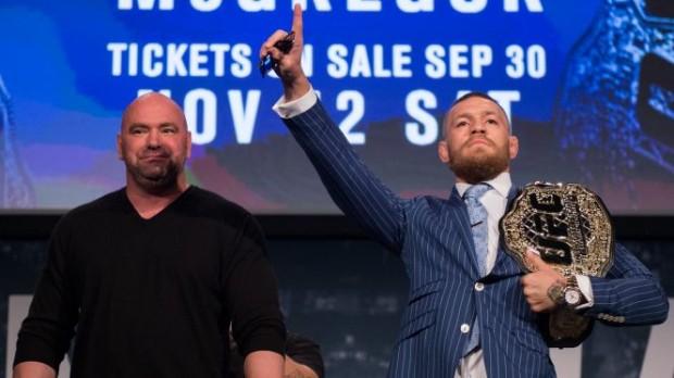 D. White (esq) disse que partiu de McGregor (dir) a ideia de abdicar do cinturão. (Foto: Getty Images)