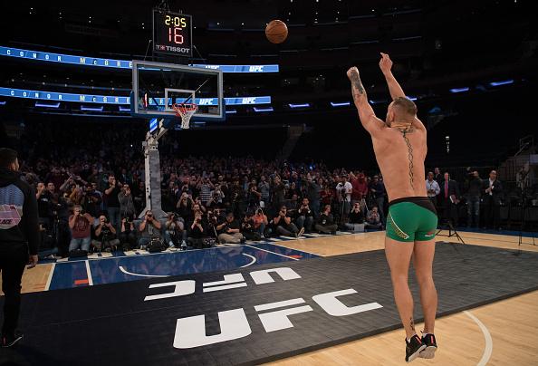 Ao final das atividades, McGregor se arriscou no basquete. (Foto: Getty Images)