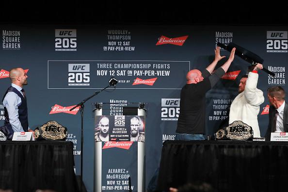 McGregor tentou tacar uma cadeira em Alvarez durante coletiva pré-UFC 205. (Foto: Reprodução)