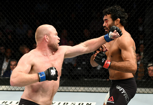 Boetsch (esq) nocauteou Sapo (dir) no primeiro round. (Foto: Getty Images)
