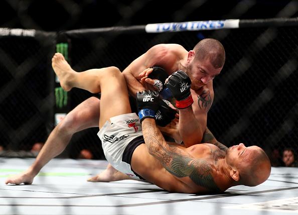 Miller controlou Pitbull no chão e venceu por pontos. (Foto: Getty Images)