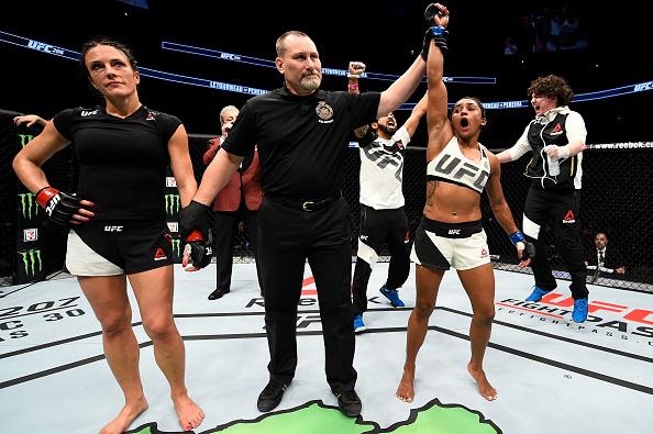 Sucuri (esq) estreou com vitória no UFC, neste sábado (10). (Foto: Getty Images)