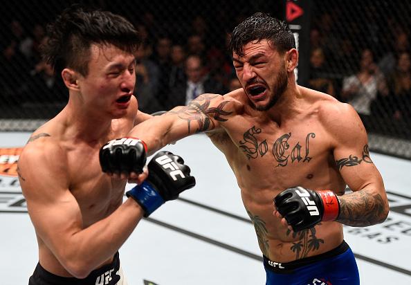 Choi (esq) e Swanson (dir) protagonizaram uma das melhores lutas de 2017. (Foto: Getty Images)