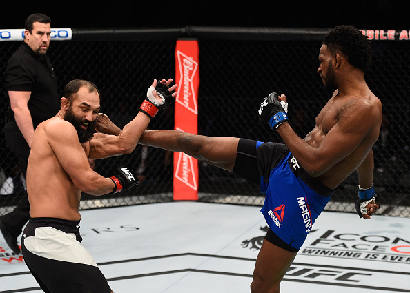 Magny (dir) derrotou Hendricks (esq) no card preliminar. (Foto: Getty Images)