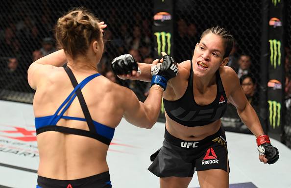 A. Nunes (dir) acerta R. Rousey (esq) (FOTO Josh Hedges via Getty Images)