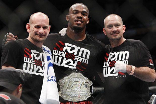 Mike (dir) assumiu ter culpa em erros cometidos por Jones (centro). (Foto: Esther Lin / MMA Fighting)