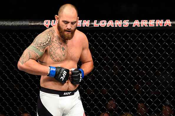 Travis Browne checa o dedo fraturado durante derrota para Werdum (FOTO: Josh Hedges/ Getty Images)