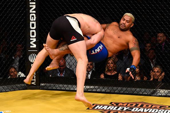 Hunt é quedado por Lesnar no UFC 200 (FOTO: Josh Hedges/Zuffa LLC/Zuffa LLC via Getty Images)