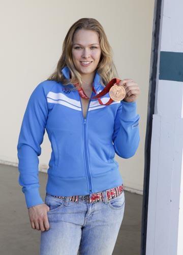 Ronda posa com medalha de bronze (Foto: Divulgação)