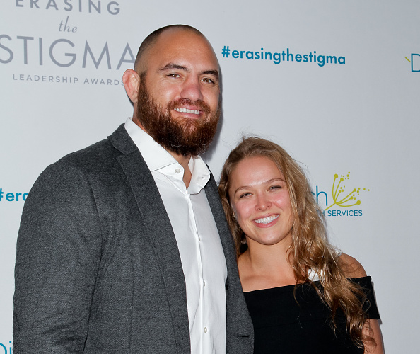 R. Rousey (dir) está noiva de T. Browne (esq)