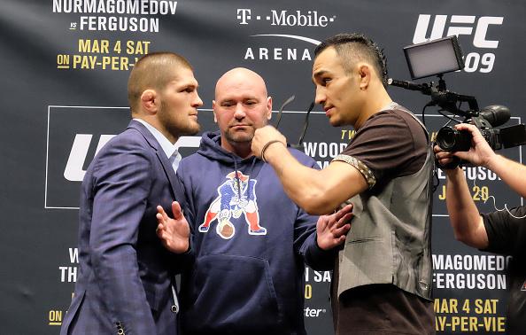 Khabib (esq) e Ferguson (dir) se enfrentam no UFC 209. (FOTO: Getty Images)