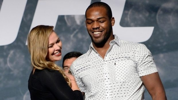 J. Jones (dir) quer R. Rousey (esq) de volta (FOTO: Getty)