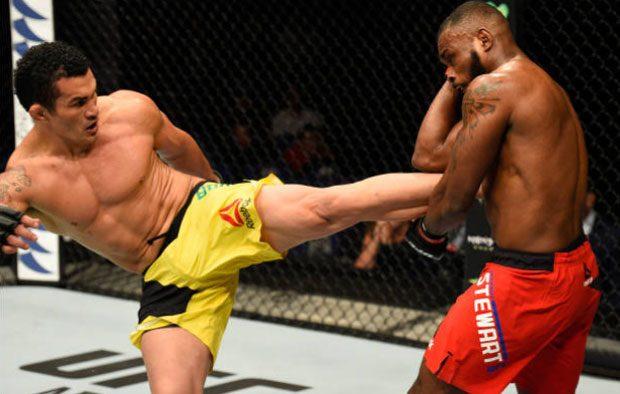 Bodão (esq.) derrotou D. Stewart (dir.) no UFC Londres. Foto: Josh Hedges / UFC