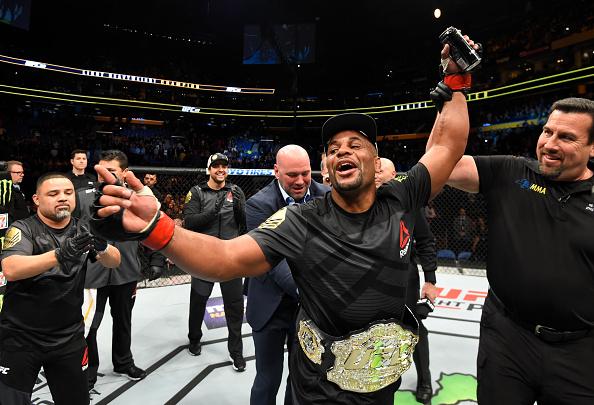 D. Cormier comemora segunda vitória sobre Johnson (Foto: Josh Hedges/UFC)