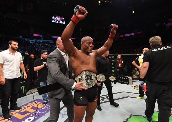 Cormier manteve seu cinturão ao finalizar Johnson no UFC 210 (Foto: Josh Hedges/UFC)