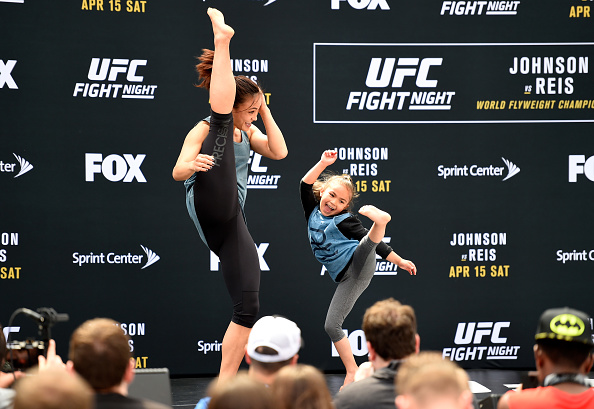 M. Waterson treina chutes com a filha Araya (Foto: Josh Hedges/UFC)