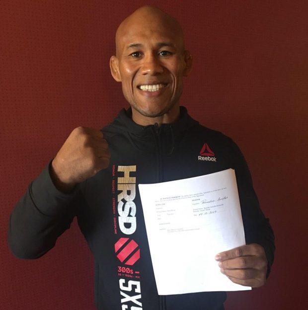 R. Jacaré com novo contrato em foto postada por D. White (Foto: Reprodução)